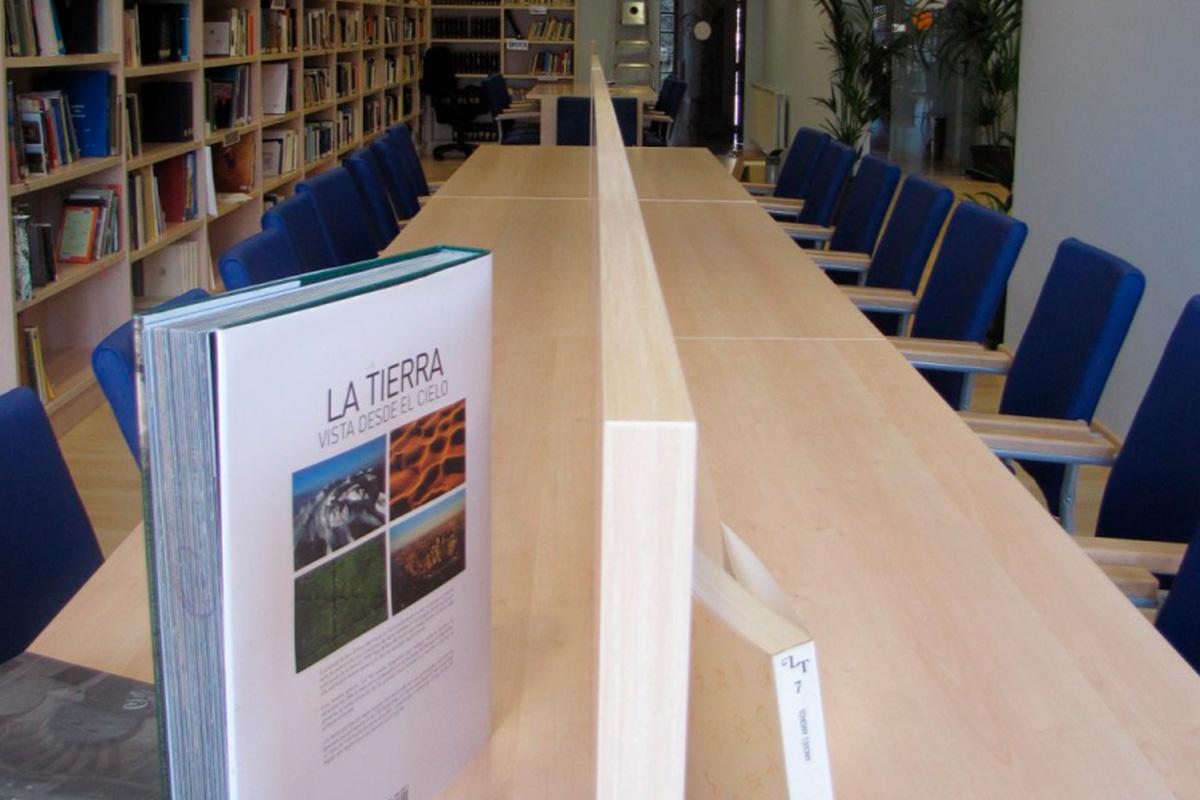 Imagen mesas de la biblioteca municipal