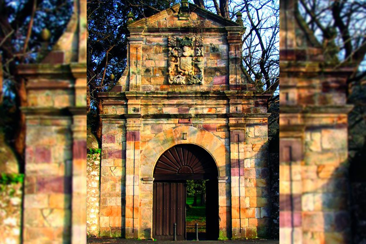Imagen portón en Villaescusa