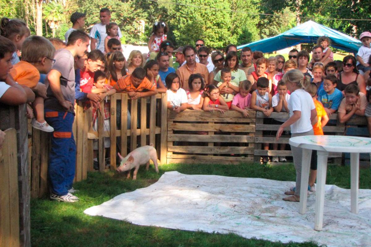 Imagen de niños observando un cerdo