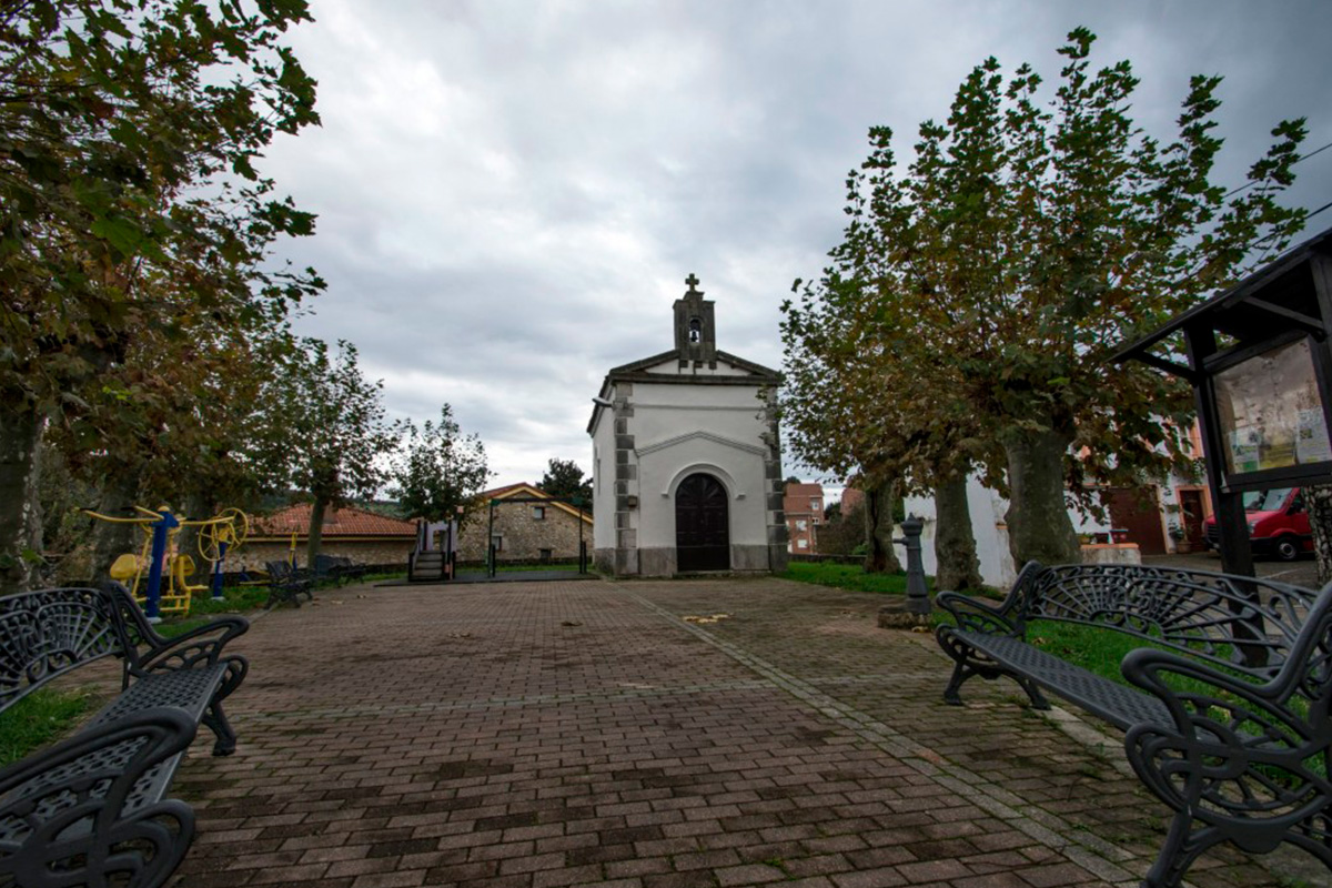 Imagen parque frente a la iglesia